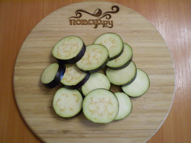 Баклажаны жареные с помидорами и луком - фото шаг 2