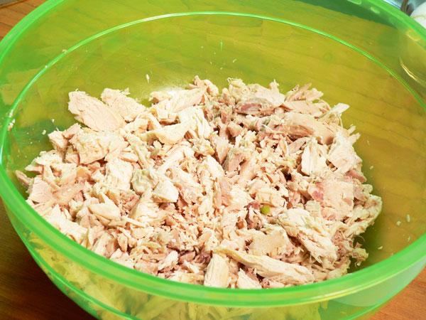 Простой салат из курицы вареной - фото шаг 2