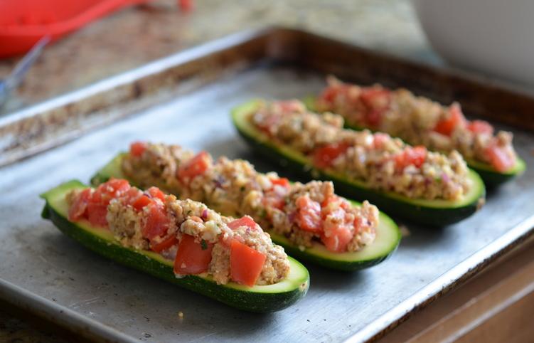 Кабачки, фаршированные овощами и запеченные в духовке - фото шаг 3