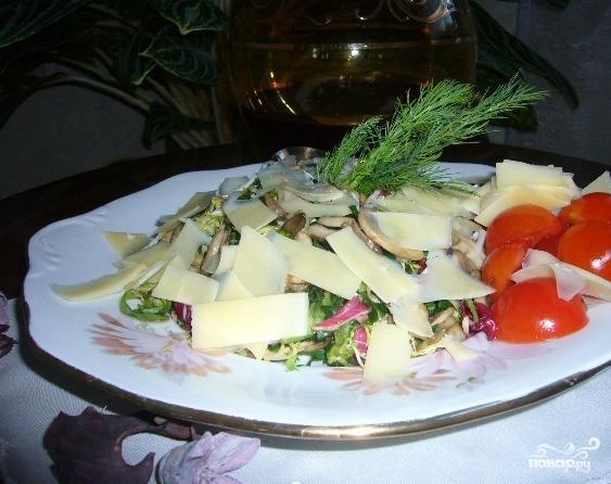 Салат с жареными грибами и сыром