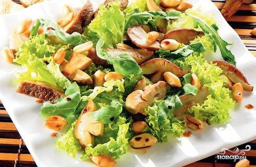 Теплый салат с листьями салата