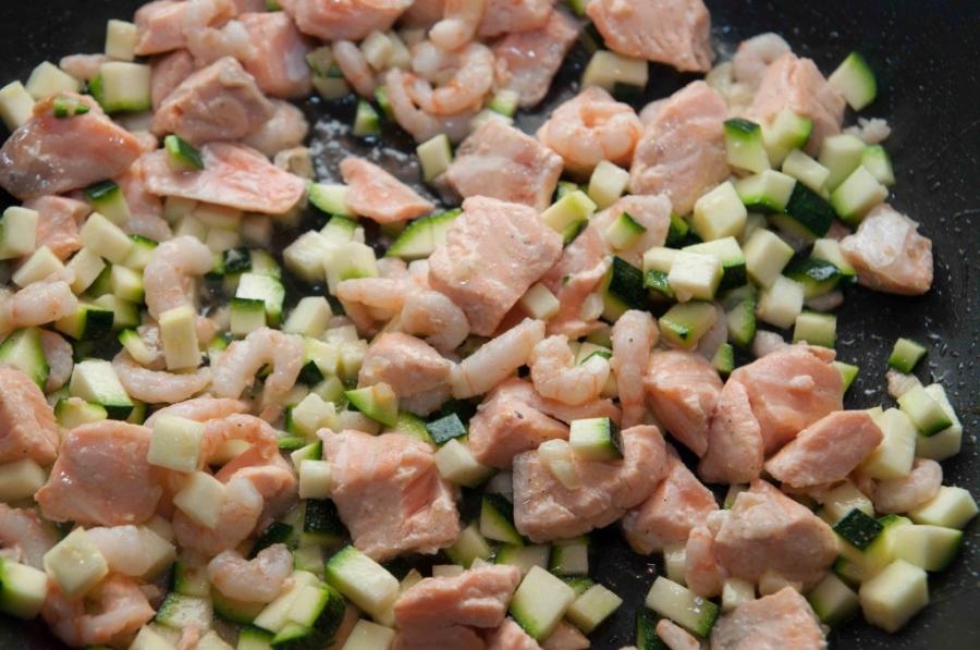 Спагетти с лососем под сливочным соусом - фото шаг 6