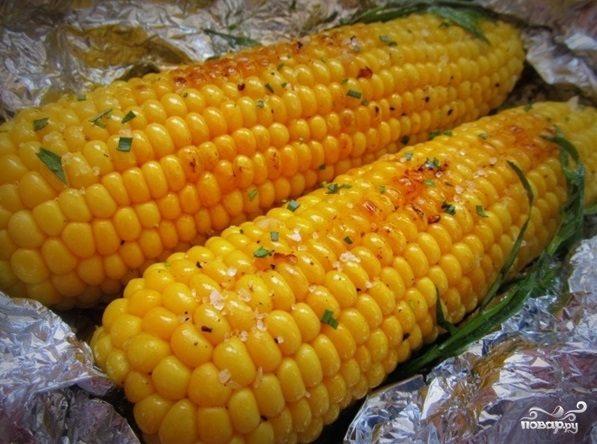 Кукуруза, запеченная в фольге с чесноком