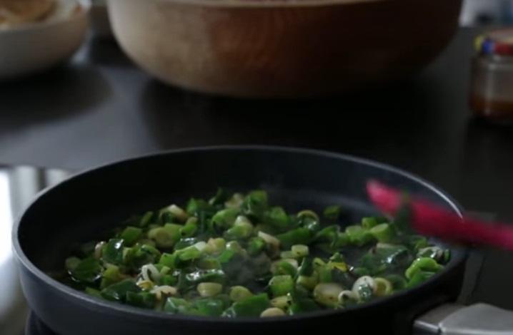 Салат из граната и зеленого лука - фото шаг 7