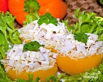 Салат с курицей и персиками