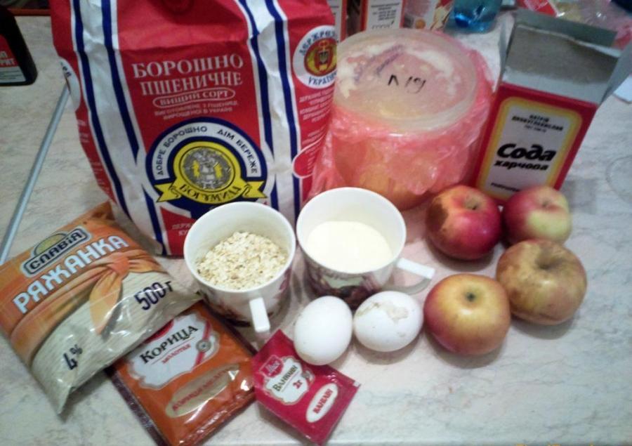 Шарлотка на ряженке с яблоками - фото шаг 1