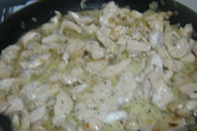 Паста c куриной грудкой под сливочным соусом - фото шаг 6