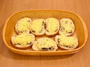 Запеченные бутерброды со шпротами - фото шаг 4