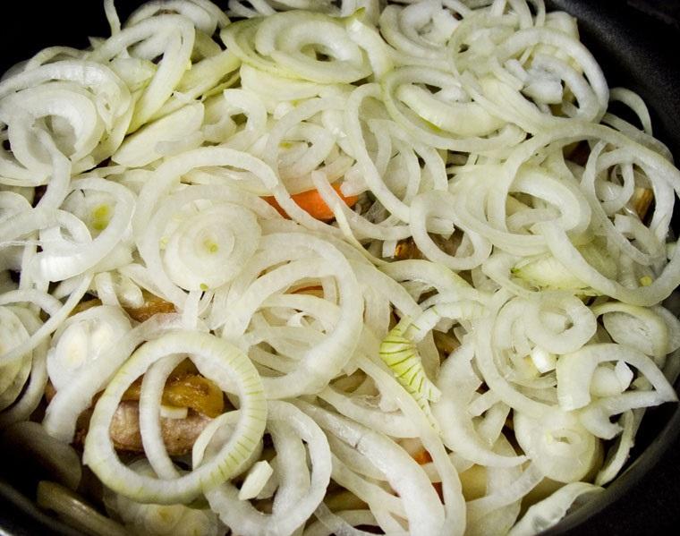 Тушеные ребрышки с картошкой - фото шаг 7