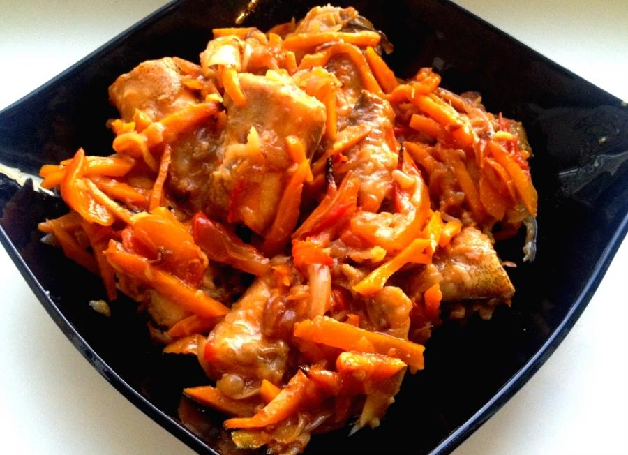 Щука, тушенная с морковью и луком - фото шаг 6