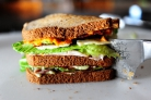 Сэндвич с беконом, ветчиной и индейкой