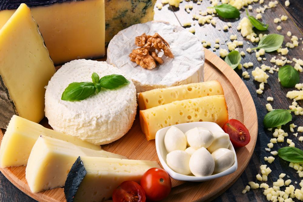 Сыры к красному вину: моцарелла, сыр с плесенью, твердый сыр, творожный сыр