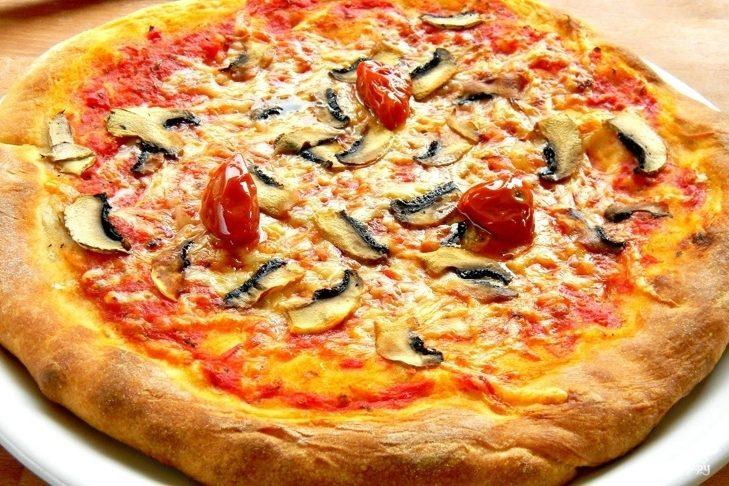 Рецепт Пицца с шампиньонами и помидорами