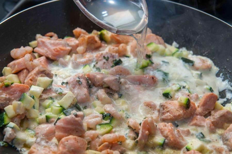 Спагетти с лососем под сливочным соусом - фото шаг 9