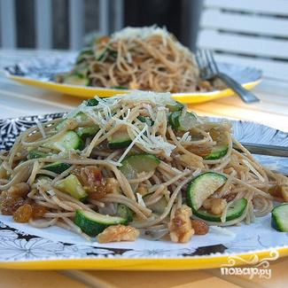 Спагетти с цуккини, грецкими орехами и изюмом - фото шаг 6