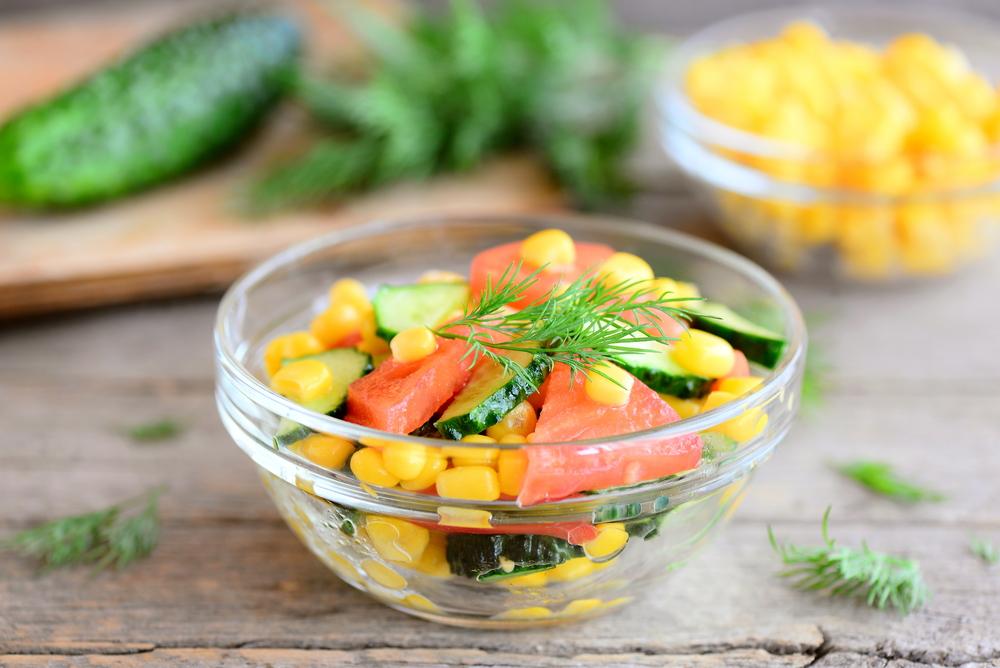 Салат из огурцов, помидоров, консервированной кукурузы, укропа, с лимонным соком и растительным маслом