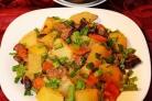 Говядина, тушенная с черносливом и картофелем