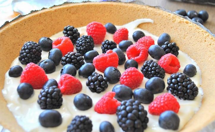 Быстрый пирог с ягодами - фото шаг 2