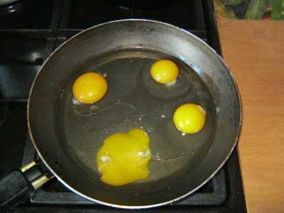 Яйца с сосиской - фото шаг 1