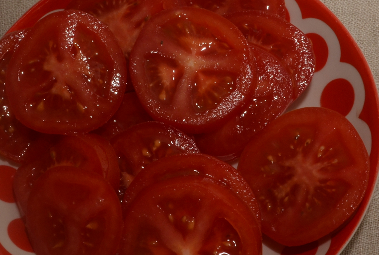 Пицца с сосиской и помидорами - фото шаг 5