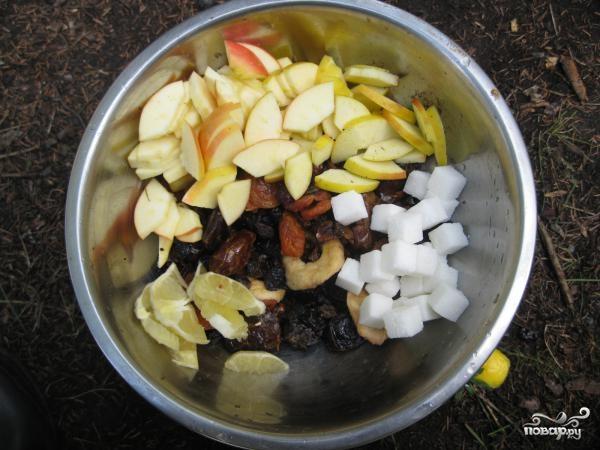Компот из сухофруктов и свежих яблок - фото шаг 1
