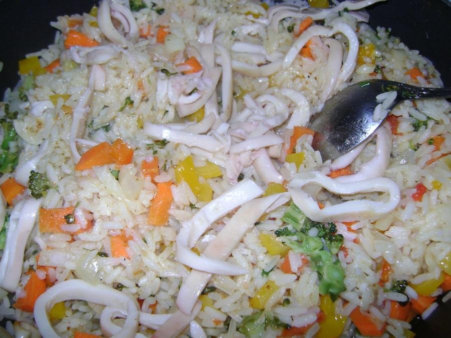 Рис с овощами, креветками и кальмарами - фото шаг 3
