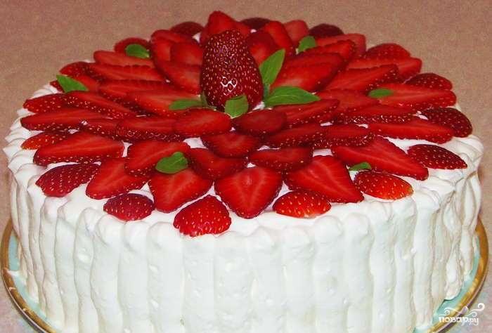 Торт со взбитыми сливками и клубникой
