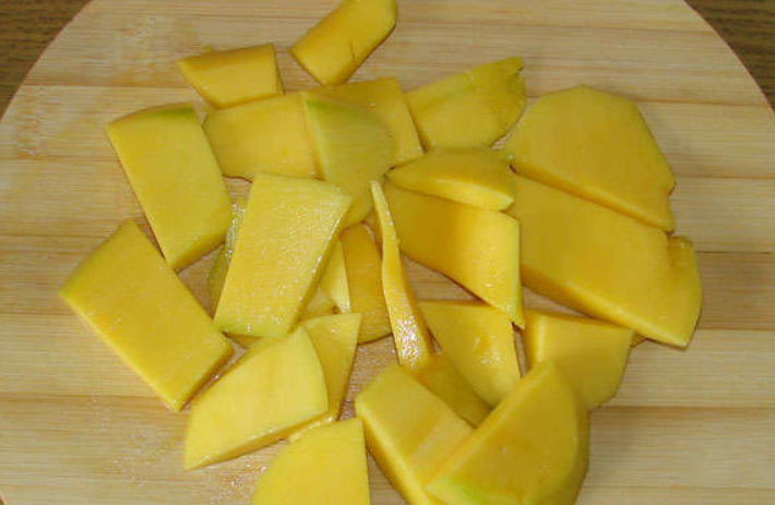 Зеленый коктейль с манго - фото шаг 1