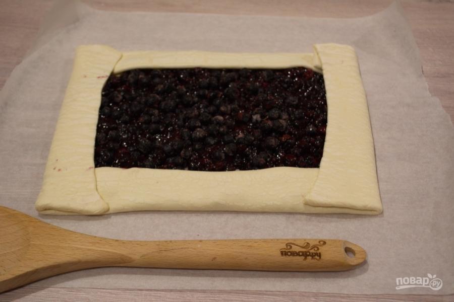 Пирог с черникой из слоеного дрожжевого теста - фото шаг 5