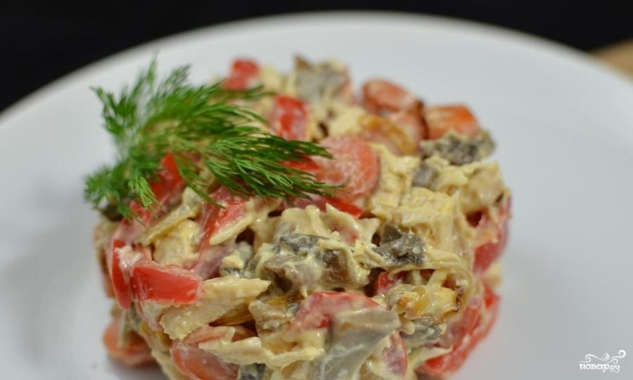 салат из курицы с болгарским перцем и помидорами