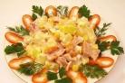 Салат с ананасами и копченой курицей