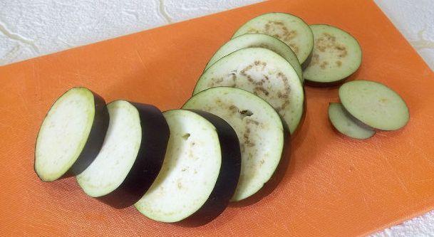 Горячая закуска из баклажанов и помидоров под сыром - фото шаг 2