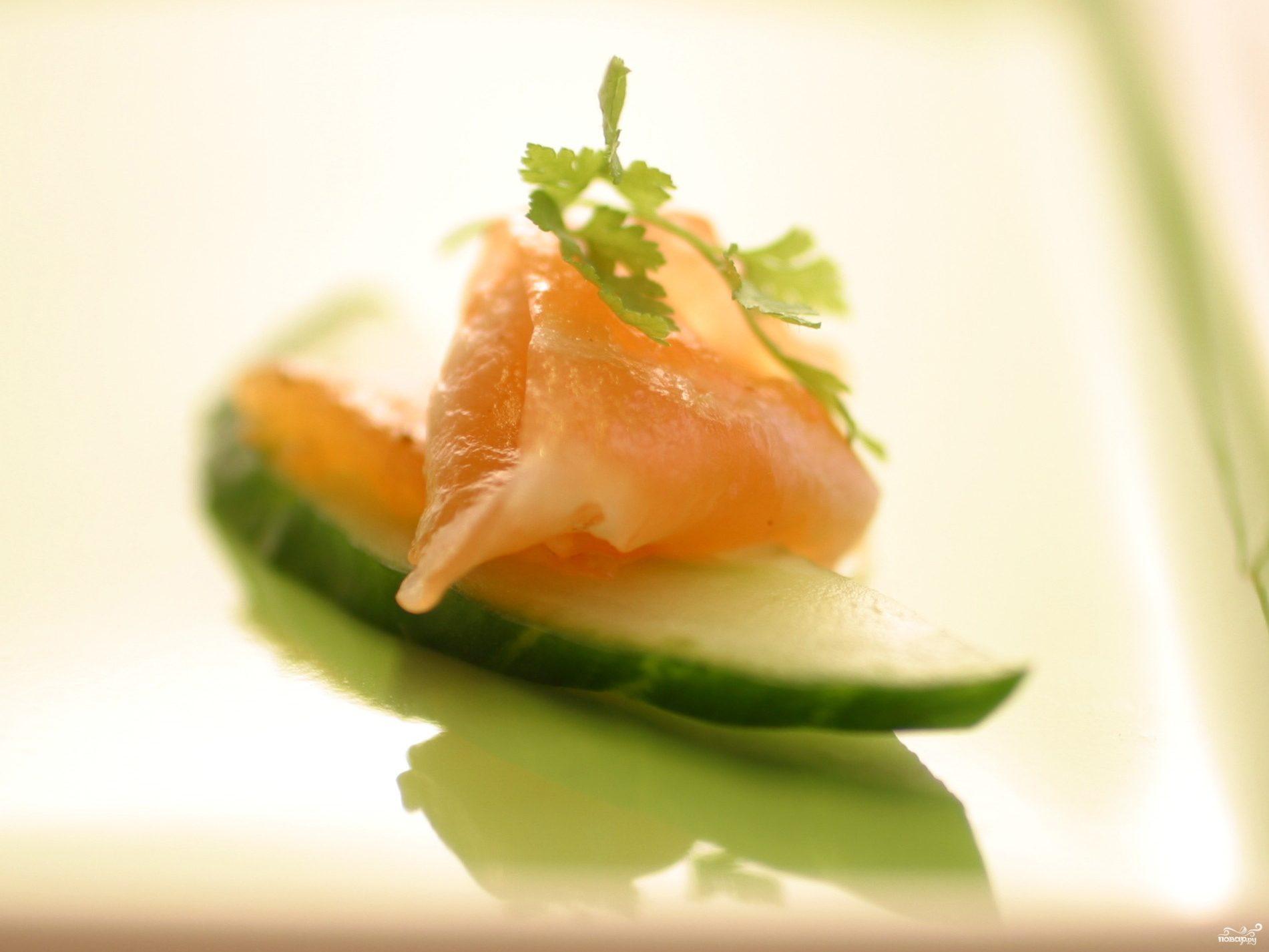 Рецепт Канапе с огурцом и лососем