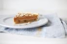 Пирог с вареной сгущенкой и яблоками