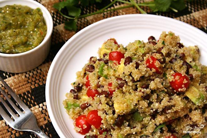 Салат с фасолью, квиноа и томатилло
