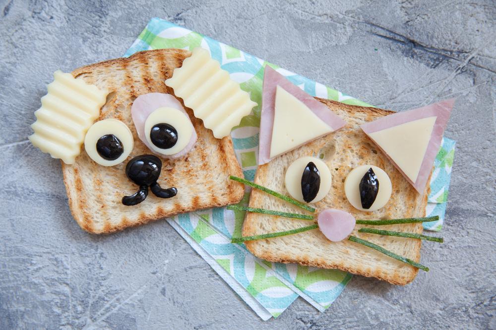 Детские сэндвичи в виде мордочек кота и собаки