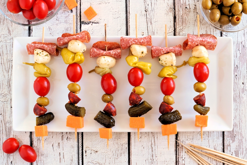 Канапе на шпажках: салями, моцарелла, острый перец, черри, оливки, колбаски, огурец и чеддер