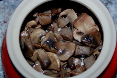 Грибы в духовке в горшочке - фото шаг 3