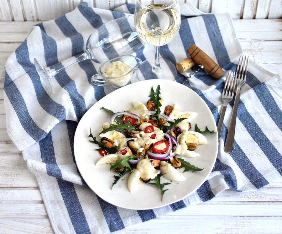 Салат с мидиями и пикантной заправкой