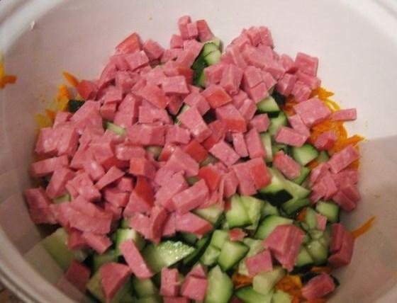 Салат с колбасой полукопченой - фото шаг 7