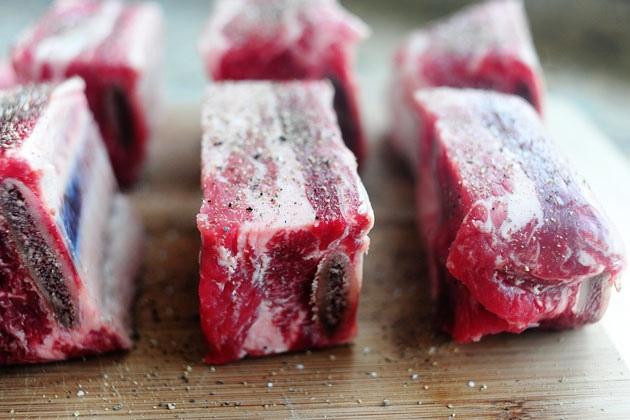 Рецепт Говяжьи ребрышки, тушенные в томатном соусе