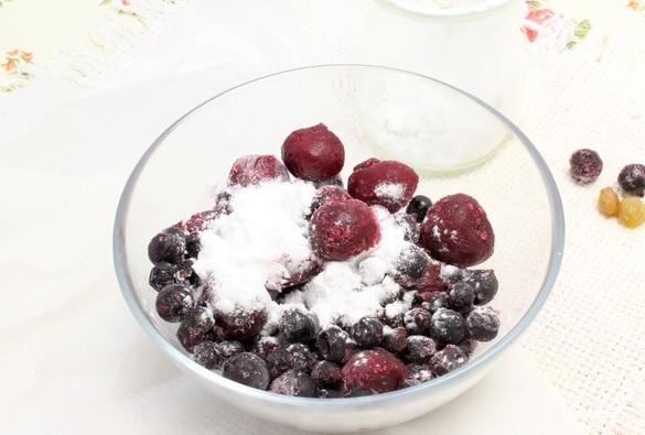 Пирог из слоеного теста с ягодами - фото шаг 1