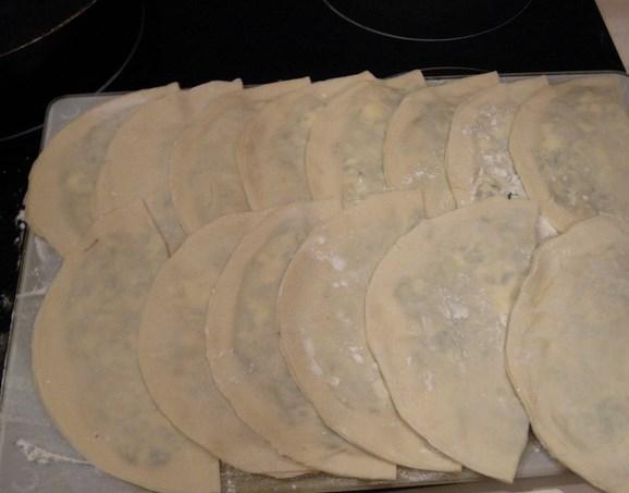Кутабы с сыром и зеленью - фото шаг 6