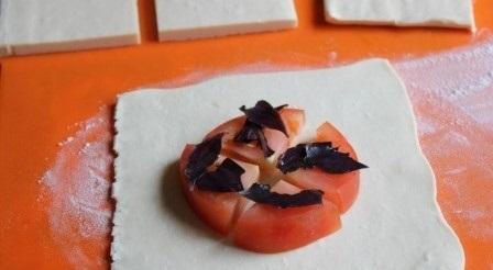 Пирожки с помидорами и базиликом - фото шаг 2