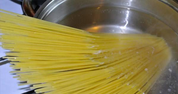 Спагетти с помидорами и фаршем - фото шаг 2