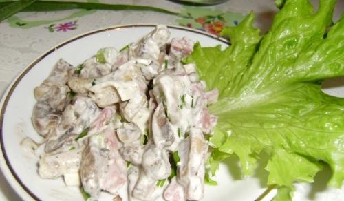 Салат с сухариками и грибами - фото шаг 4