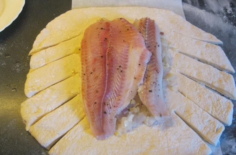Пирог с рыбой и луком - фото шаг 5