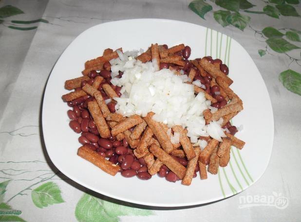 Сырный салат с сухариками - фото шаг 2