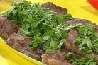 Стейк на ребре с сыром, оливками и травами