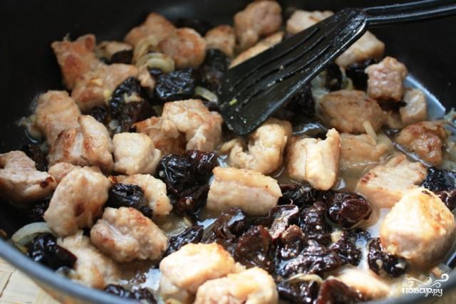 свинина с черносливом на сковороде с фото